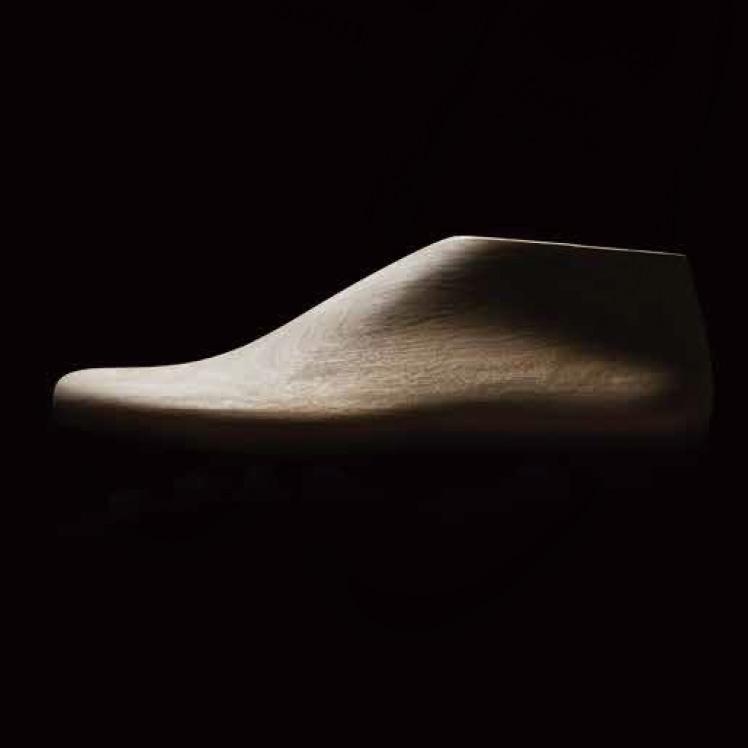 研ぎ澄まされた素足感覚を生み出すために設計された足型。
